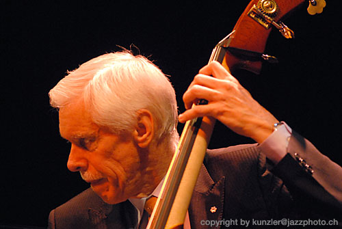 http://www.jazzphoto.ch/images/dave_young.jpg